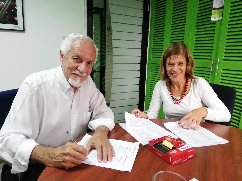 Pie de Foto: Ingrid Spiller, directora de la división Latinoamérica de la Fundación Heinrich Boell y Carlos Henríquez Consalvi, director del MUPI, firman el convenio de donación de la colección fotográfica.